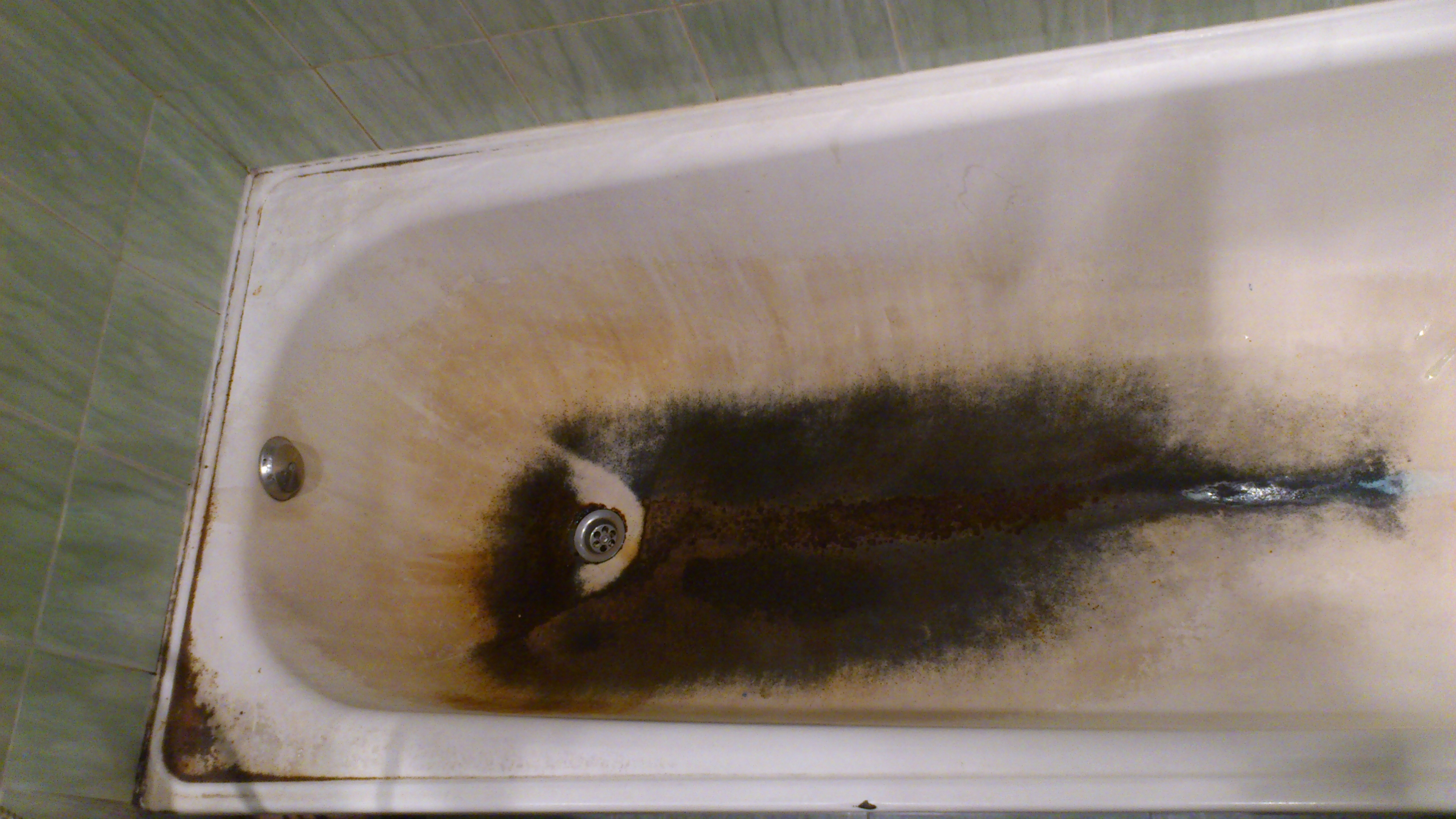 Металлическая ржавая ванна